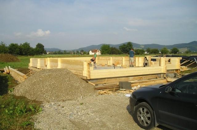 Začátek stavby srubu