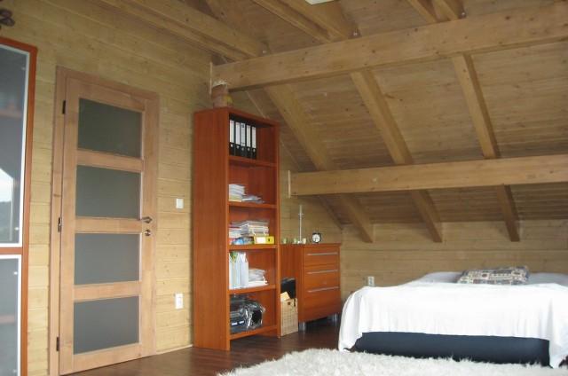 Ložnice v podkroví luxusního srubu