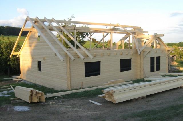 Stavba krovu srubového domu