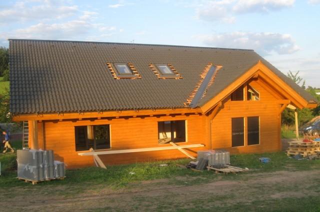 Pokládka střešní krytiny srubového domu