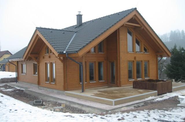 Dokončování srubového domu v zimě