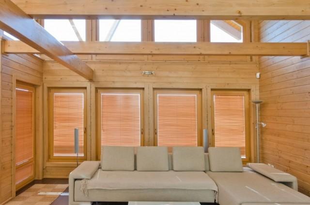 Obývací pokoj s proskleným štítem ve srubu
