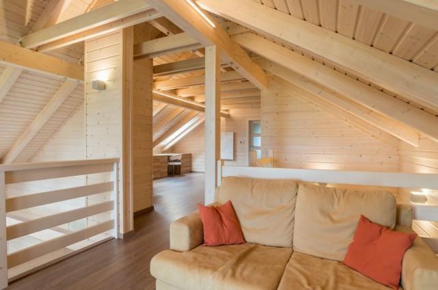 Obývací pokoj v podkroví srubu