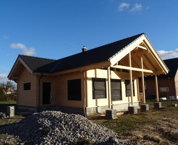 Střešní krytina na srubovém domě - čelní pohled s terasou