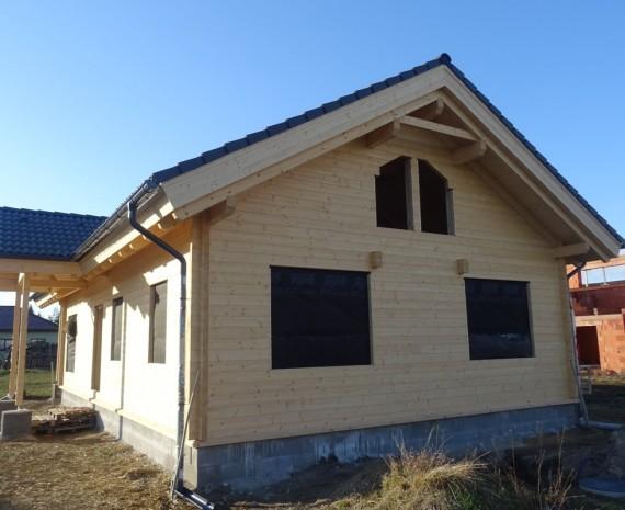 Střešní krytina na srubovém domě - zadní pohled s vchodem