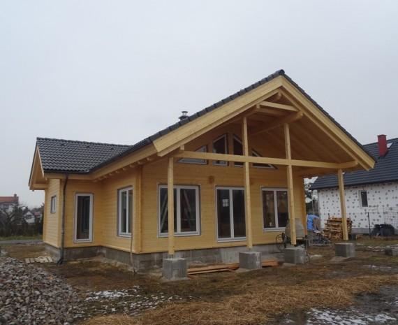 Osazení oken na srubový dům - čelní pohled s terasou