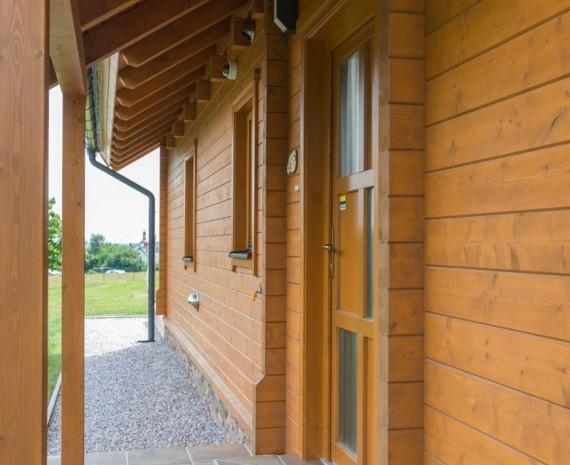 Pohledový krov a vchod do srubového domu
