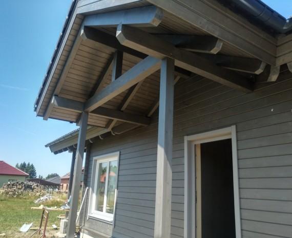 Detail pohledového krovu nad vchodem do srubu