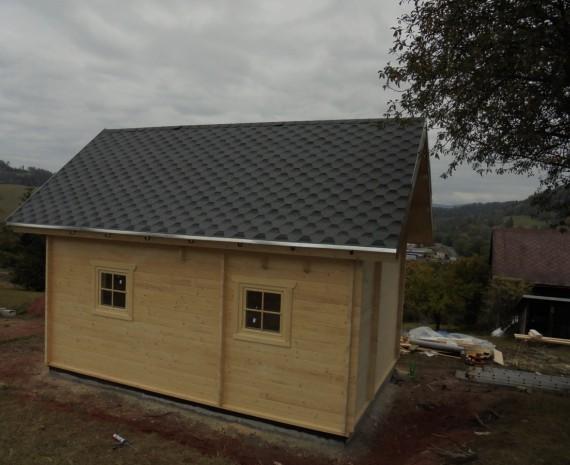 Pokládka šindelu a oplechování střechy srubu