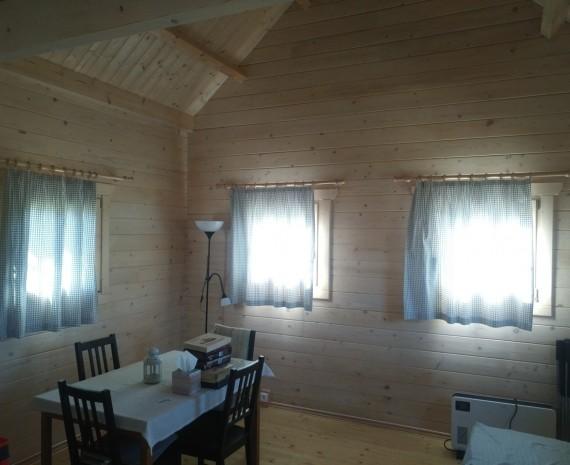 Obývací pokoj ve víkendovém srubu