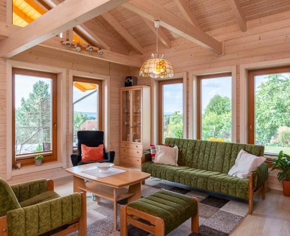 Prosklený obývací pokoj ve srubu