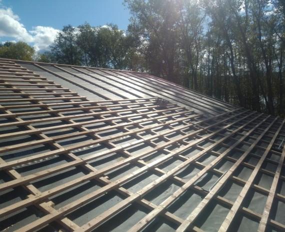 Laťování střechy srubového domu