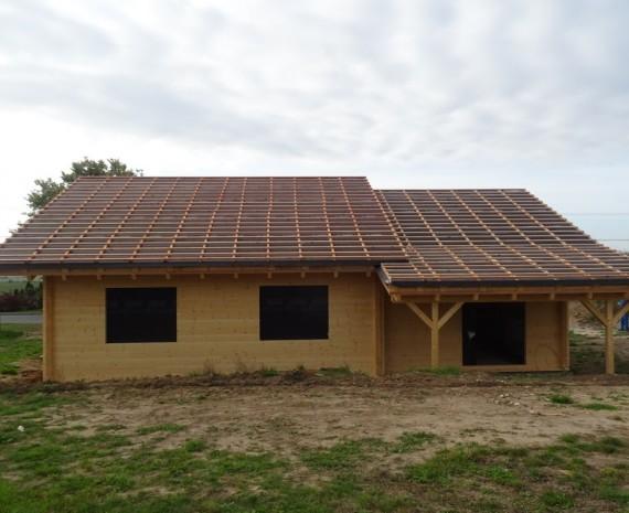 Členitá střecha srubu