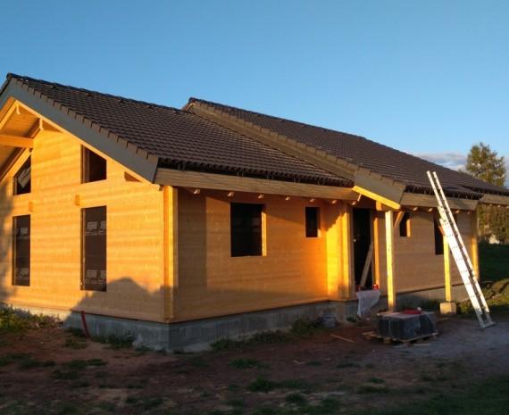 Přízemní srubový dům s hotovou střechou