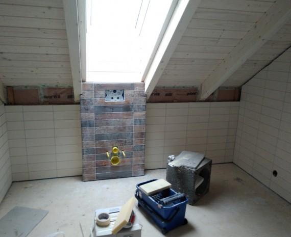 Podkrovní koupelna ve srubu