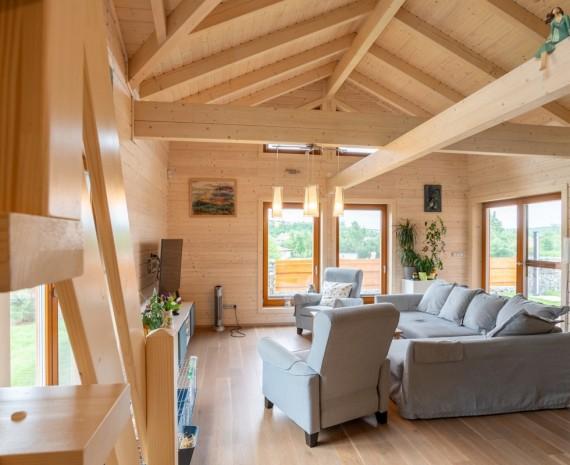Prostor ve srubu nad obývacím pokojem otevřený do střechy