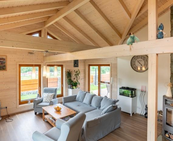 Obývací pokoj srubového bungalovu