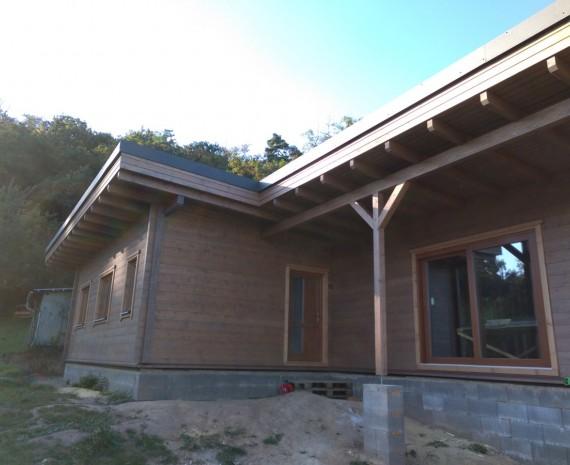 Částečně zastřešená terasa dřevostavby