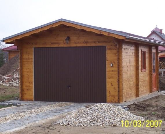 Menší srubová garáž